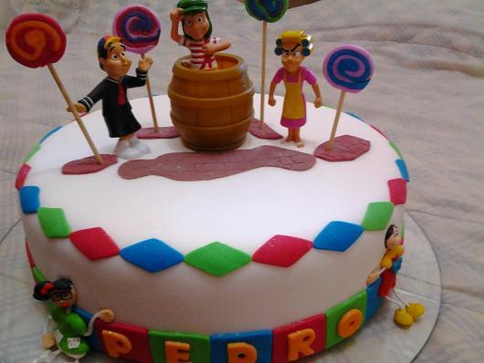 Você pode usar brinquedos para ornamentar o bolo do Chaves