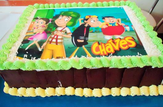 Bolo do Chaves com papel de arroz e chocolates na lateral