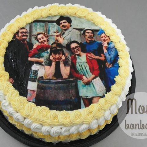 Bolo do Chaves com papel de arroz e chantilly branco e amarelo