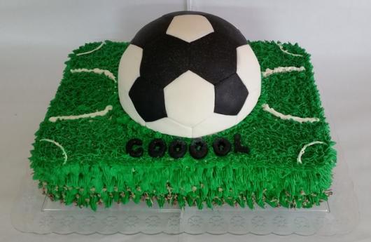 As crianças vão amar esse bolo de futebol com cobertura de glacê