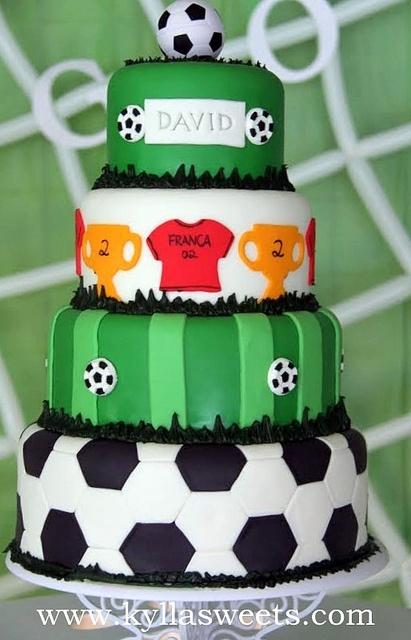 Lindo bolo futebol de 4 andares com um topo de bola
