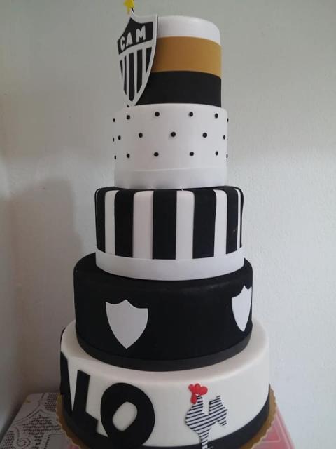 Que tal homenagear o time do coração com um bolo futebol de vários andares?