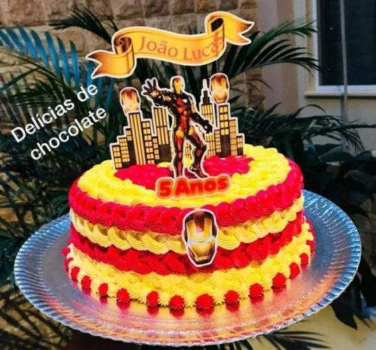 Mini bolo nas cores do Iron Man com direito a um topo personalizado