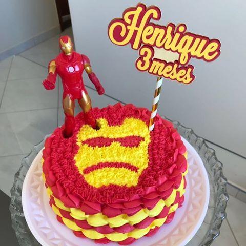 Esse mini bolo tem até a figura do Iron Man no topo!