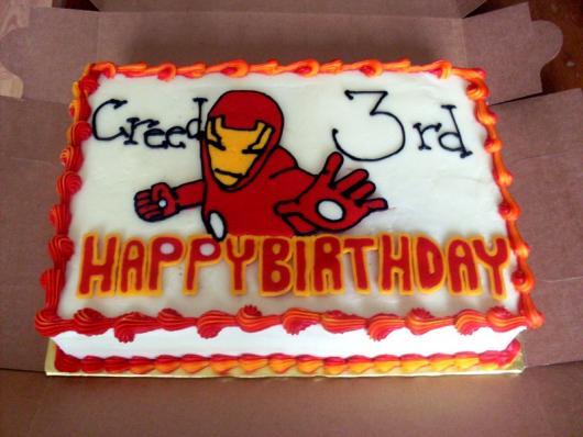 Lindo bolo quadrado de pasta americana com os detalhes em vermelho!
