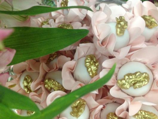 Camafeu de nozes em wrapper com formato de flor