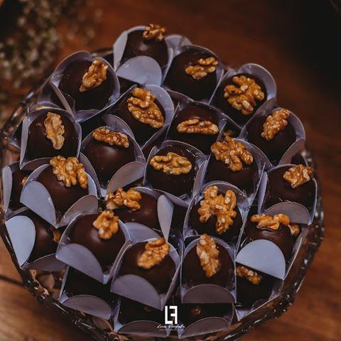 Camafeu de nozes com cobertura de chocolate e wrapper cinza