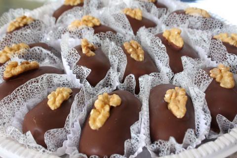 Camafeu de nozes coberto com chocolate