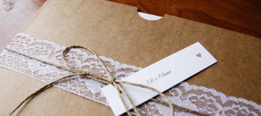 Convite de casamento rústico com renda e laço com tag