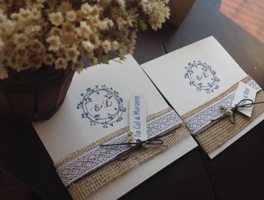 Convite de casamento rústico com juta e tag personalizada