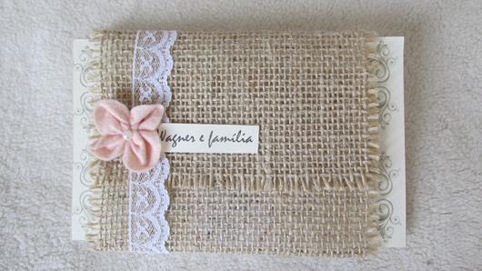 Convite de casamento rústico com juta e flor de tecido