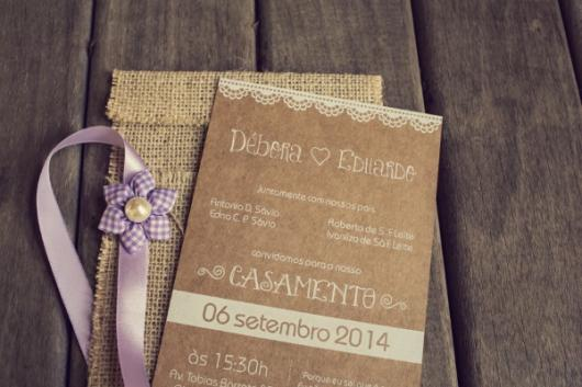 Convite de casamento rústico simples com fecho de fita de cetim