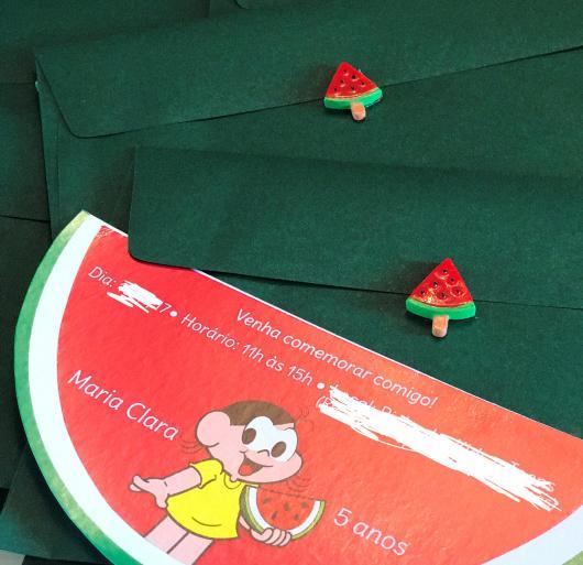 Entregue o convite em um envelope Magali