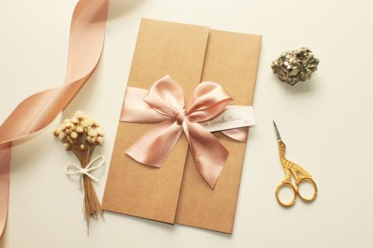 Envelope para convite em papel kraft com laço de fita