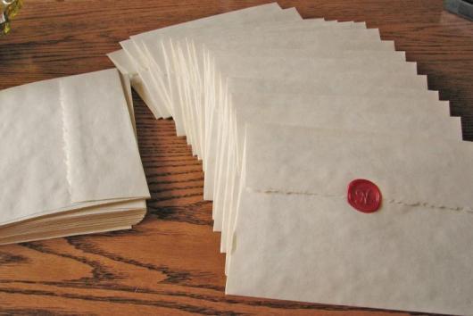 Envelope para convite simples branco com selo de cera