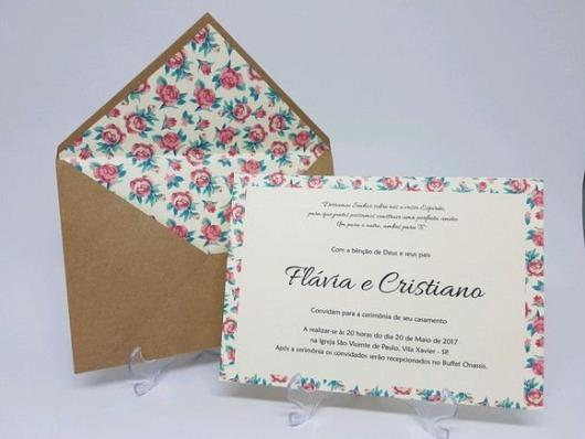 Envelope para convite de casamento com estampa florida