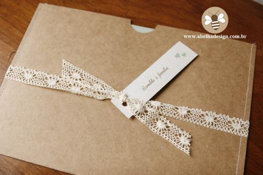 Envelope para convite em papel kraft com laço de renda