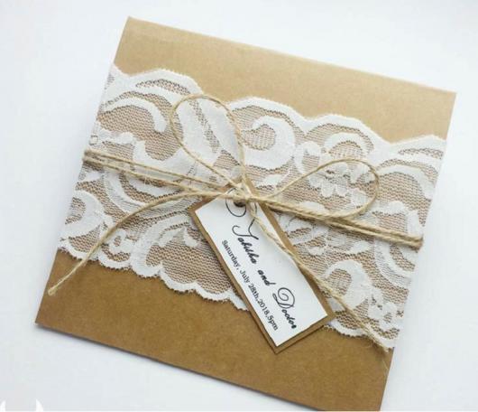 Envelope para convite de casamento rústico com renda branca