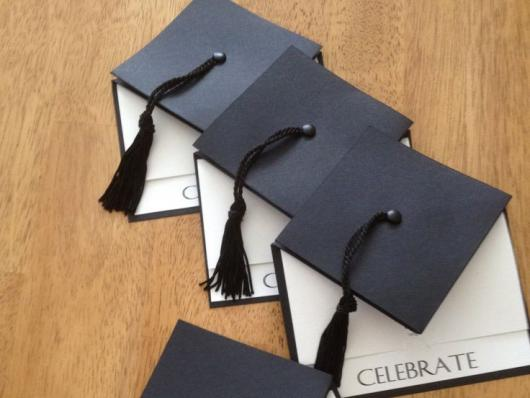 Envelope para convite de formatura com formato de chapéu de formatura