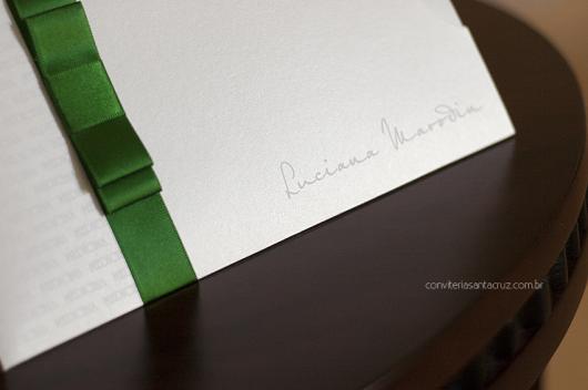 Envelope para convite de formatura branco com laço verde