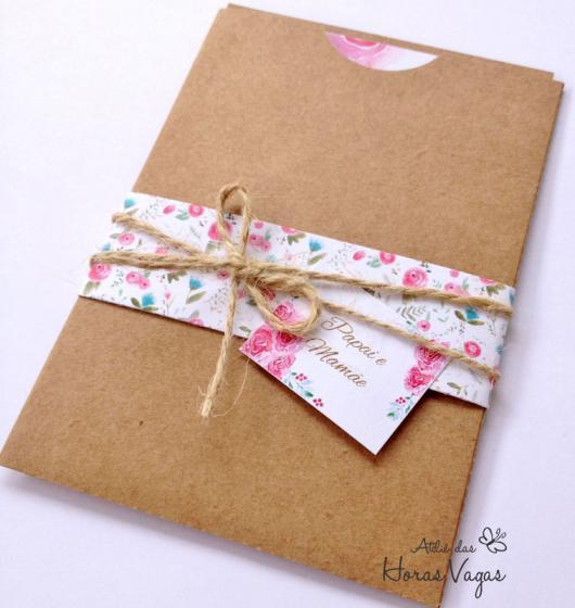 Envelope para convite em papel kraft com fecho florido