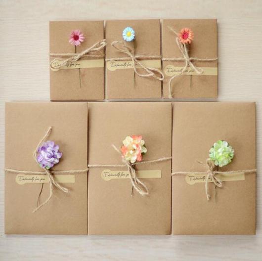Envelope para convite em papel kraft com flor