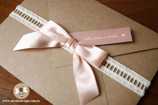 Envelope para convite em papel kraft laço rosa