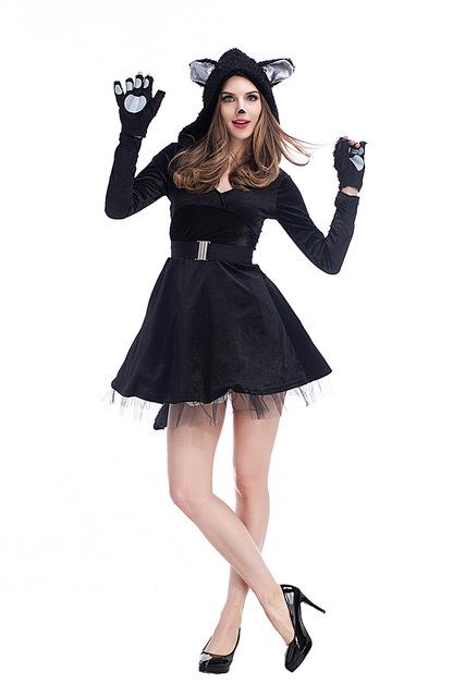 Fantasie-se de gatinha com vestido preto comum
