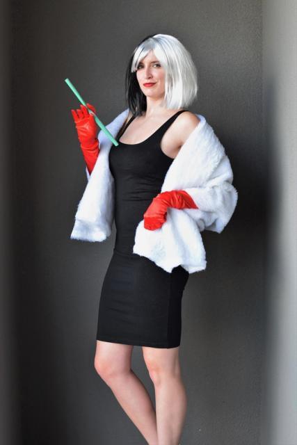 Fantasia de Cruela com vestido tubinho preto