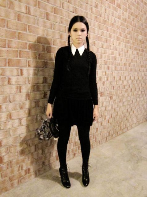 Outra opção de fantasia com vestido preto é a de Wandinha Adams