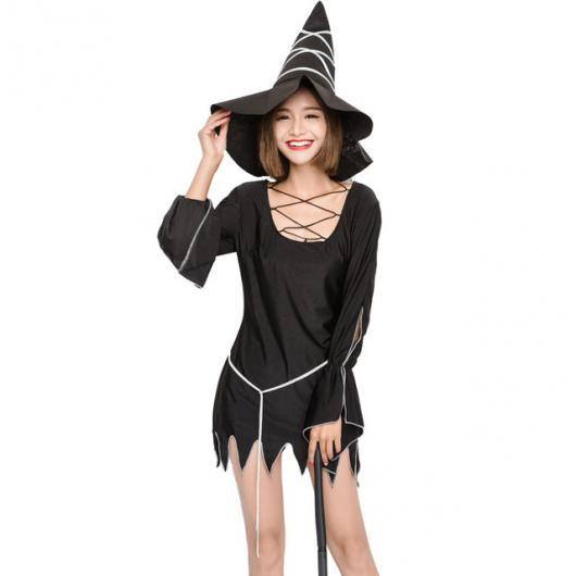 Fantasia de bruxinha com vestido preto curto