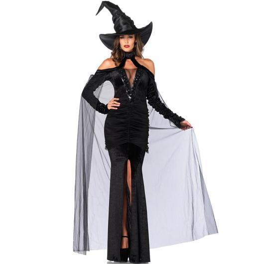 Modelo de fantasia de bruxa com vestido preto e chapéu