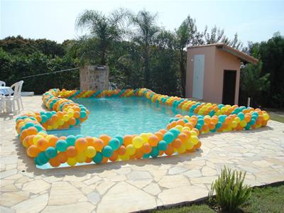 Festa de formatura na piscina com balões em volta da piscina