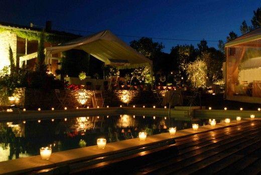 Festa de formatura na piscina com velas em volta da piscina