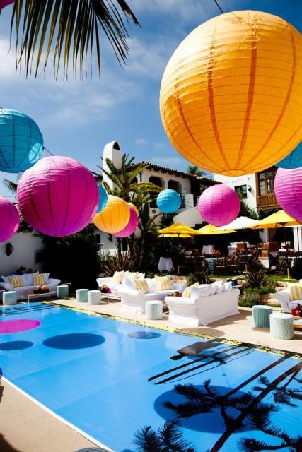 Festa de formatura na piscina com balões coloridos