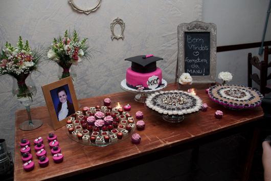 Festa de formatura simples com bolo personalizado