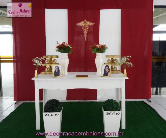 Festa de formatura simples com cortina vermelha e branca