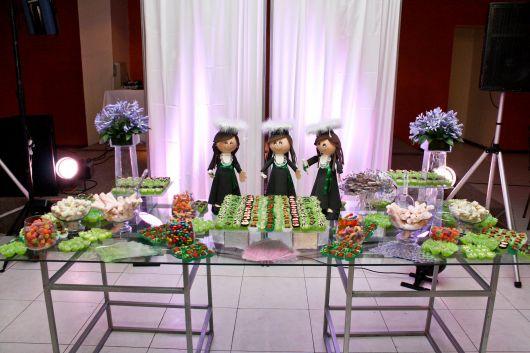 Festa de formatura simples com bonecas personalizadas na mesa