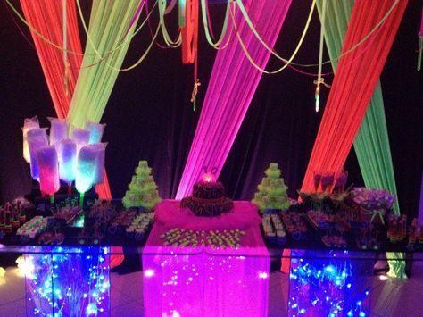 Festa de formatura neon com tecidos no teto