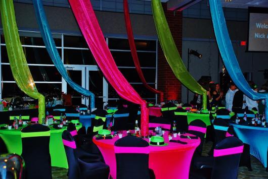 Festa de formatura com mesas verdes e rosas