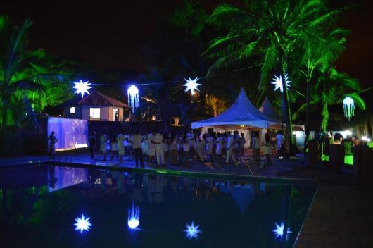 Festa de formatura na piscina com balões iluminados