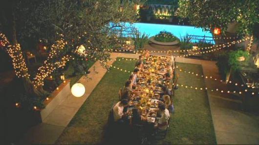 Festa de formatura na piscina com mesa grande