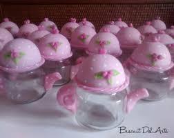 Lembrancinha de Chá de Panela de Biscuit: potinho de papinha decorado como bule