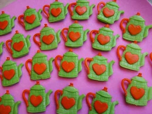 Lembrancinha de Chá de Panela de Biscuit: bule com coração