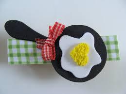 Lembrancinha de Chá de Panela de EVA: ímã de geladeira em formato de frigideira e ovo