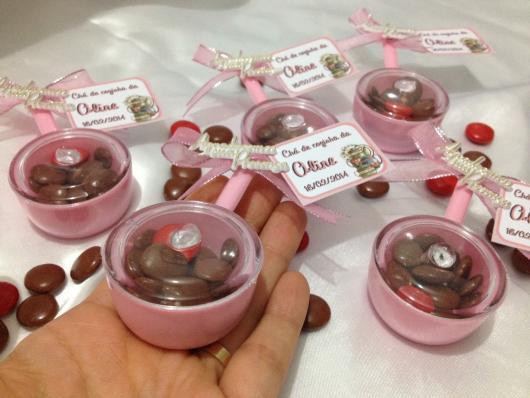 Lembrancinha de Chá de Panela Simples: panela de acrílico com chocolate