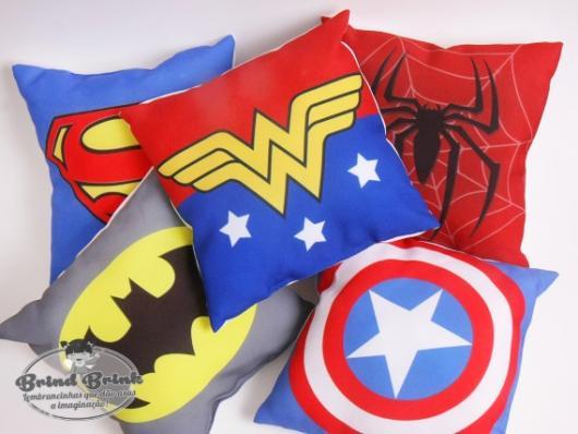 Almofadas de heróis: lembrancinhas criativas para festas temáticas