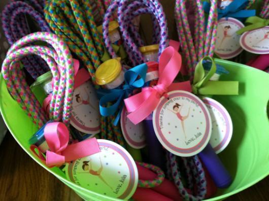 Uma corda colorida para pular e brincar quando e onde quiser