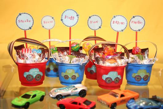 O baldinho recheado de doces e brinquedos vai deixar as crianças atônitas