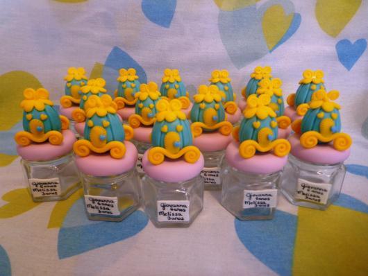 Ideia de carruagem em biscuit para decorar caixinhas de acrílico